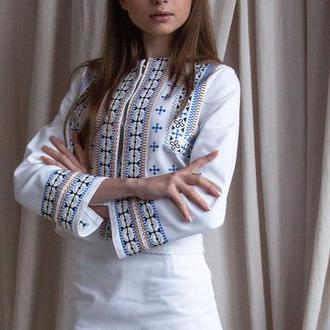 Білий вишитий джинсовий костюм для дівчини. Вишита батистова блюзочка. Вишита кольорова спідниця.