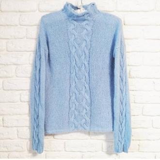Нежный свитер с косами