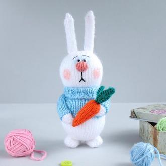 Зайчик с морковкой. Игрушка связана на сптцах.