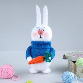 Зайчик с морковкой игрушка связана спицами.