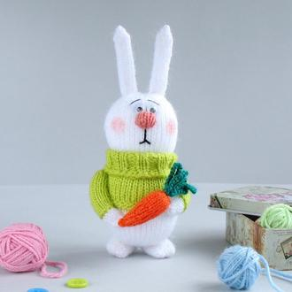 Зайкас морковкой. Игрушка связана спицами.