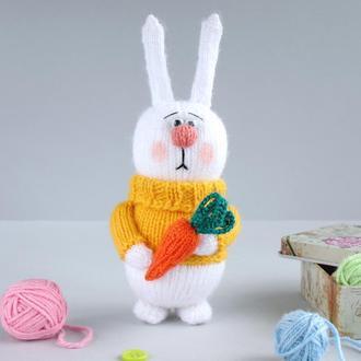 Зайка с морковкой. Игрушка связана спицами.