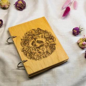 Гравированный деревянный блокнот Енот в цветах