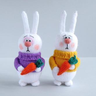 Набор из двух зайчиков с морковкой. Игрушки связаны спицами.