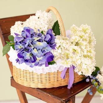 Плетеная корзина соломенного цвета с батистовым чехлом, кружевом и хлопковой лентой
