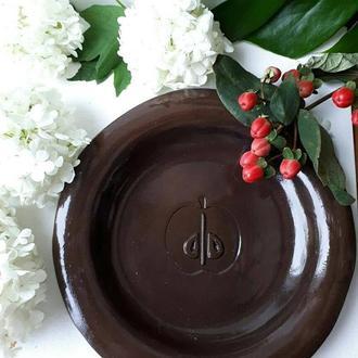 Керамическая тарелка из черной глины