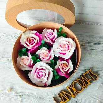 Набор из мыльных роз в шпоновой шкатулке с окошком
