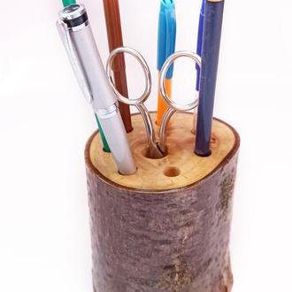 Карандашница из ореха. Подставка для карандашей из орехового дерева, покрытая глянцевым лаком.