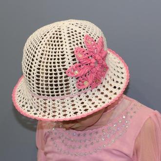 Белая шляпка с большим розовым цветком