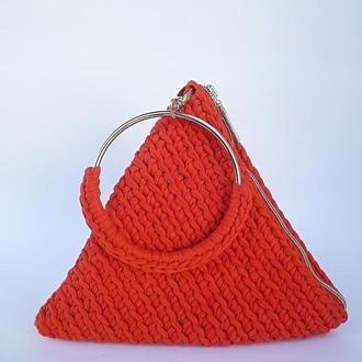 Красная женская сумочка-пирамидка связанная с трикотажной прижи