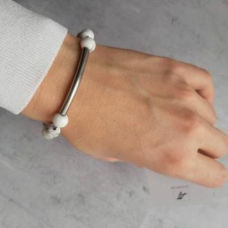 Белый браслет с натуральными камнями и вставкой из ювелирной стали. Браслет с кахалонгом. Подарок.