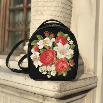 """Кожаный рюкзак сумка с вышивкой """"Розы и лилии"""""""