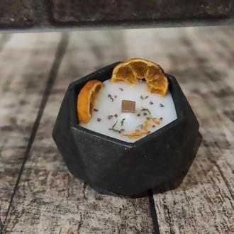 Большая свеча в бетонном кашпо с деревянным фитилем