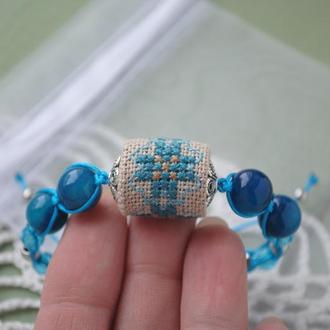 Плетеный браслет с агатом и ручной вышивкой крестиком в этно стиле