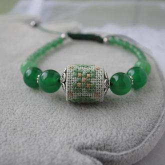 Плетеный браслет с агатом, халцедоном и ручной вышивкой крестиком в этно стиле