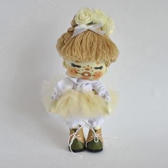 Маленькая кукла милашка в платье-пачке