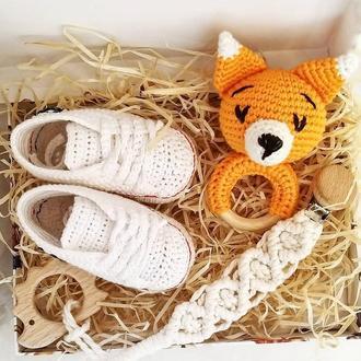 Подарочный набор младенцу лисичка погремушка, пинетки, держатель грызунок