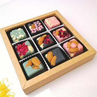 Подарочный набор конфет на основе бельгийского шоколада и сублимированных ягод. Шоколад с миндалем