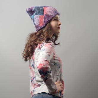 Фиолетово-розово-голубая вязаная шапка