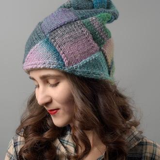 Різнобарвна жіноча шапка в блакитних, зелених і фіолетових відтінках