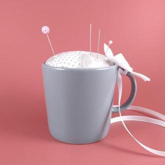 Сіра голківниця в чашці