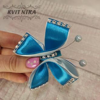 Бабочка заколочек из атласных лент в голубом цвете из атласных лент для девочек. Красивое украшение