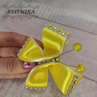 Бабочка заколочка из атласных лент в желтом цвете из атласных лент. Красивая заколка ля девочки.