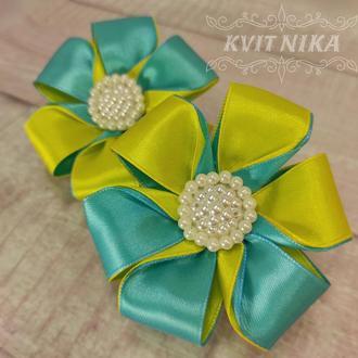 Яркая резинка из атласных лент для девочек. Красивые бантики в желто-голубых цветах.