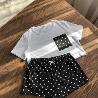 Женская пижама из укороченной белой футболки и черных шортов в сердечки