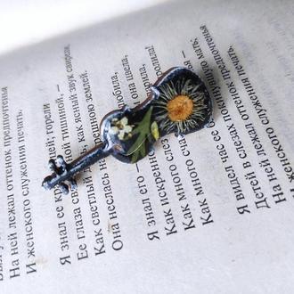 Брошь скрипка с настоящими цветами