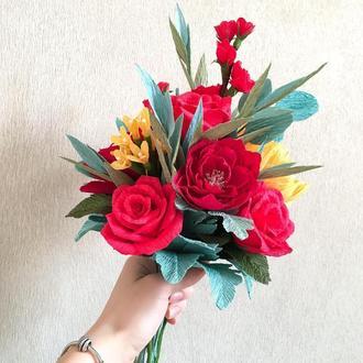 Букет ручної роботи з червоними трояндами