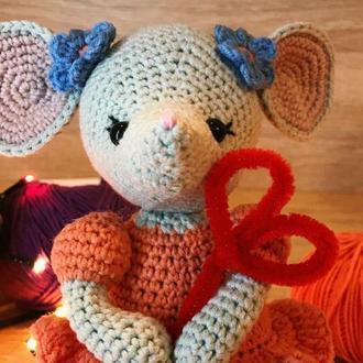 Вязанные игрушки для малышей. Мышка амигуруми. Вязанная мышка. Мышь крючком.