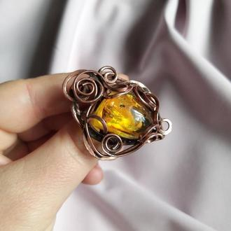Медное кольцо с натуральным янтарем. Перстень.