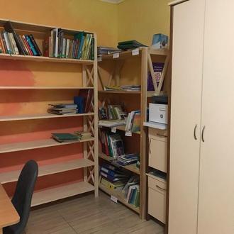 Стеллаж деревянный под документы в учительскую комнату в школе