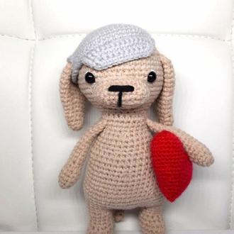 Собачка с сердцем и в кепке