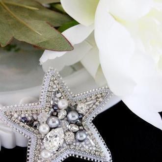 Брошь серебристая звезда. Звездочка в подарок подруге. Вышитая брошь из бусин и бисера с кристаллами