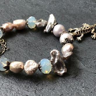 """Авторский браслет на жесткой основе с барочным жемчугом,Майорикой,лунным камнем """"Игуана"""" 🦎"""