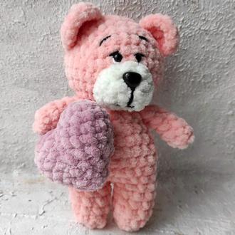 Маленький плюшевый мишка с серцем розового цвета