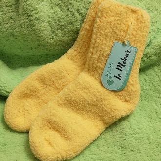Вязанные желтые носки.