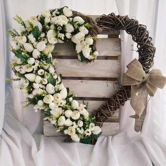 Венок в форме сердца с белыми тюльпанами