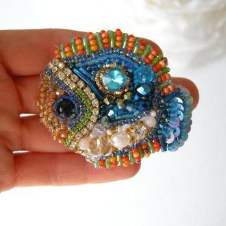 Синяя рыбка брошь из  хрустальных камней и бисера