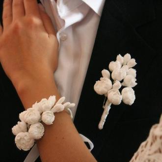 """Белый свадебный комплект бутоньерка для жениха и браслет невесты """"Пионы"""""""