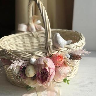 Великодня корзина з керамічною пташкою