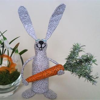 Веселый кролик с морковкой, пасхальный подарок
