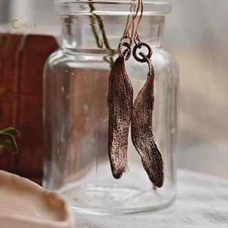 Мідна пара видовжених сережок з листочками омели