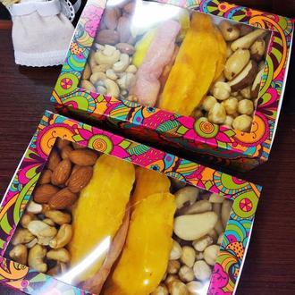 Яркая коробка с фруктами и орехами