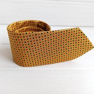 Шелковый желтый галстук в горох