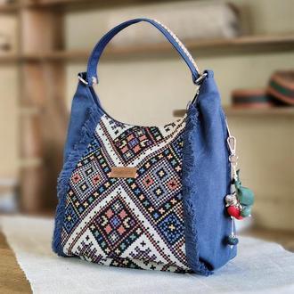 19025 Синяя сумка с орнаментом иа бахромой