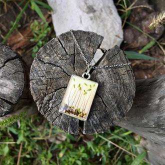 Кулон со мхом и кленовым листом