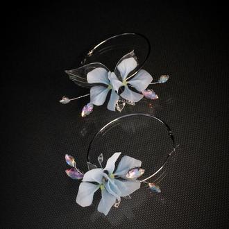 Ассиметричные серьги - кольца с цветами ручной работы.